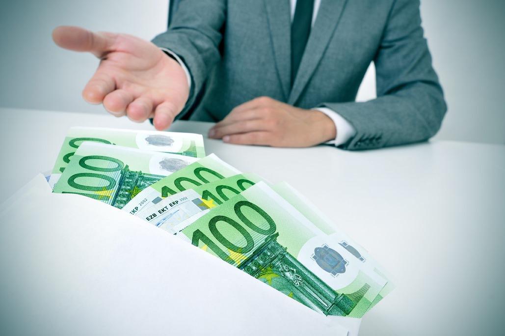 Stop alle retribuzioni in contanti